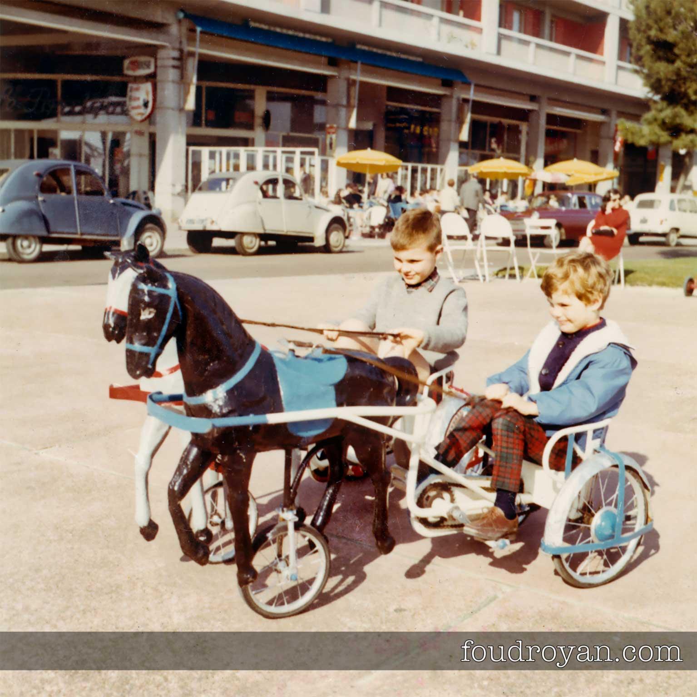 Enfants sur les petits chevaux de Royan en 1967