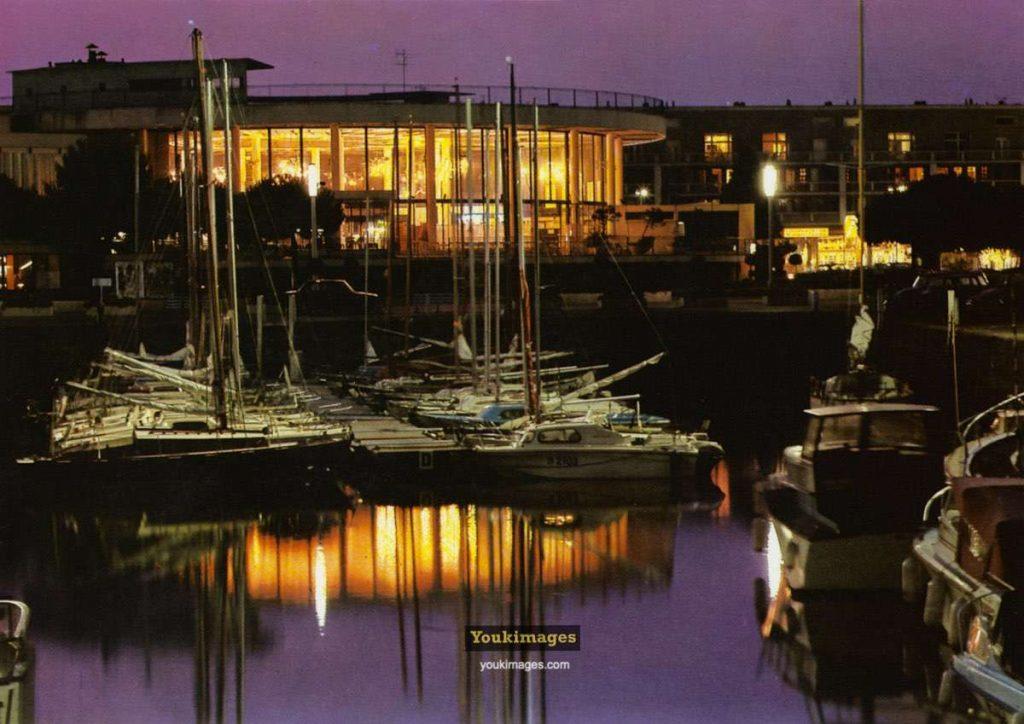 Le Casino Municipal de Royan, de nuit vu du port. (années 60)