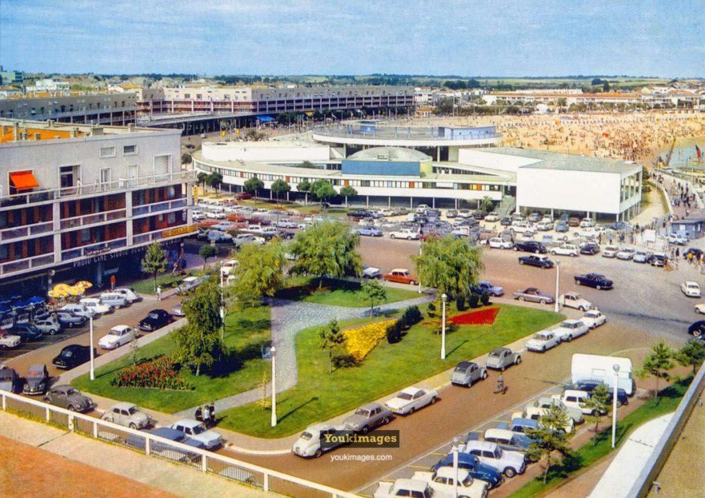 Le Casino Municipal de Royan vu depuis le café des Bains (années 60).