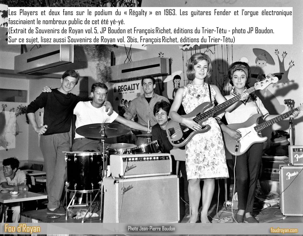 Les Players et deux fans sur le podium du «Régalty» en 1963.